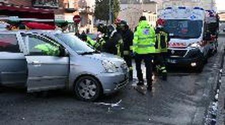 Pavia, scontro auto-camion in via Riviera: due feriti