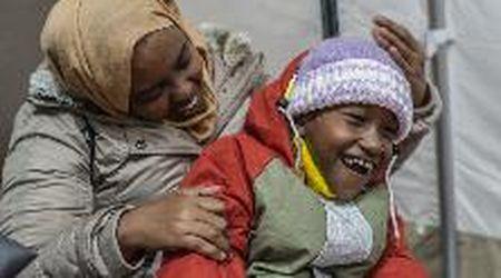 """Migranti, l'appello della mamma di Abdul: """"Aiutate mio figlio, paralizzato: a Lesbo nessuno può curarlo"""""""