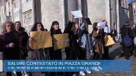 Modena, le sardine al comizio di  Salvini in piazza Grande