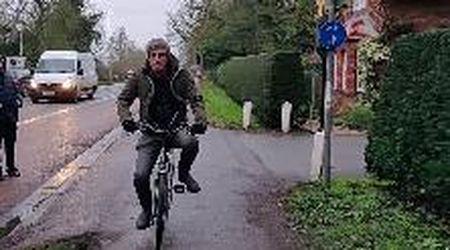Da Cambridge a Fiumicello: Pif riporta a casa la bici di Giulio Regeni