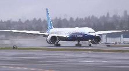 Usa, primo volo dopo due rinvii per il Boeing 777X: l'atterraggio tra gli applausi
