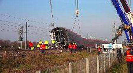 Treno deragliato a Lodi, la carrozza ribaltata rimessa in piedi dalla gru: le immagini velocizzate