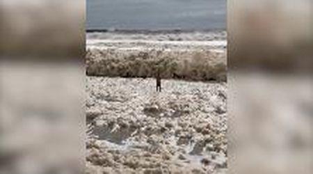 Australia, gigantesche onde di schiuma travolgono un uomo: il video sembra finto