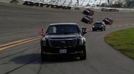 Daytona, la limousine di Trump fa il primo giro di pista: il presidente entra nella storia della gara