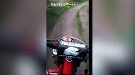 In moto senza casco scappano dalla polizia e fanno una storia su Instagram: presi e multati