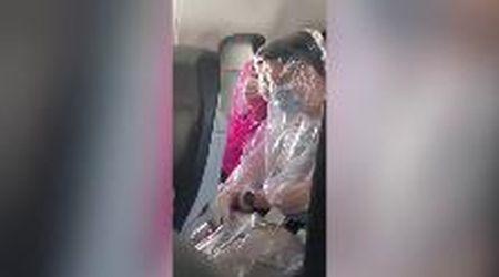 Australia, paura del Coronavirus: due passeggeri fanno tutto il volo avvolti nella plastica