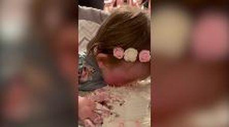 La bimba compie un anno e le danno una torta: non riesce a smettere di mangiarla