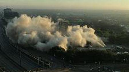 Dallas, la demolizione della torre con gli esplosivi è spettacolare: ma qualcosa non va come dovrebbe