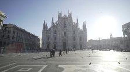 Coronavirus, il centro di Milano semideserto: piazza Duomo si svuota