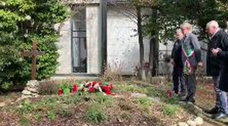 Ivrea, omaggio alla tomba di Adriano Olivetti