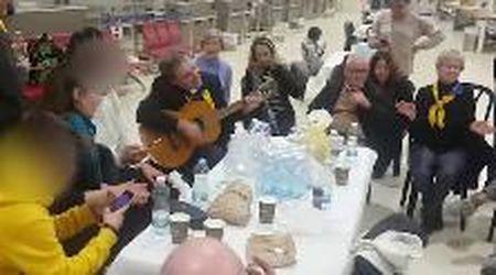 Israele, l'attesa degli italiani fermati in aeroporto diventa una festa: balli e canti a Ben Gurion