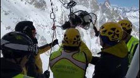 Monte Bianco, sciatore ferito a quota 3300: il Soccorso alpino si cala dalla funivia Skyway