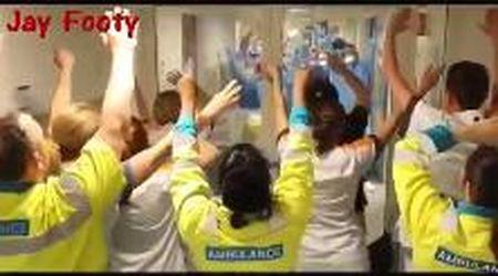 Coronavirus, i medici cantano l'inno del Liverpool in ospedale: Klopp si commuove