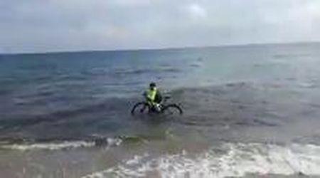 Coronavirus, in Salento ciclista s'immerge con la bici per evitare la sanzione: identificato e multato