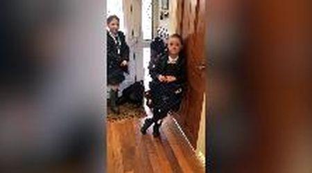 """""""Il coronavirus è finito, oggi si torna scuola"""": lo scherzo poco corretto del padre alle figlie"""