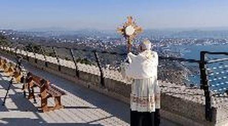 Coronavirus, a Trieste l'arcivescovo sale a Monte Grisa per benedire la città