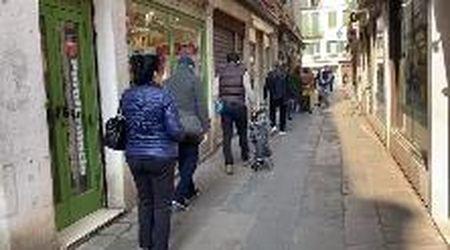 Coronavirus Venezia, al mercato di Rialto coda di clienti e banchi vuoti: la protesta degli operatori