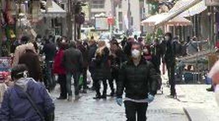 Coronavirus, a Napoli tanta gente in strada per la spesa del fine settimana