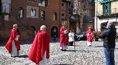 Pavia, la Domenica delle Palme: il vescovo in piazza benedice la città