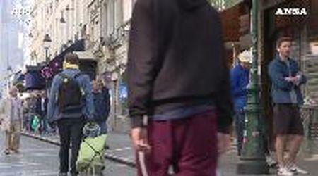 Coronavirus, passeggiate e spesa: a Parigi strade affollate e code davanti ai negozi
