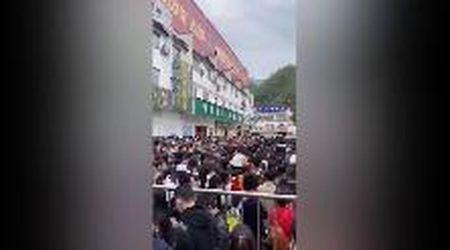 Cina, entrata gratis al Monte Giallo: in coda, stipate tra le transenne, 20mila persone