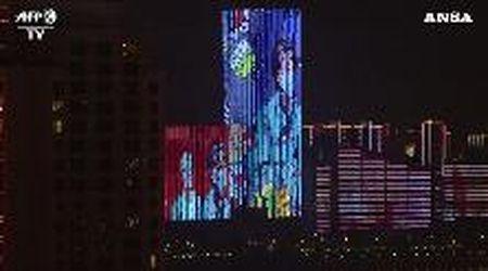 Coronavirus, l'omaggio di Wuhan a medici e infermieri: sui grattacieli compaiono i loro volti