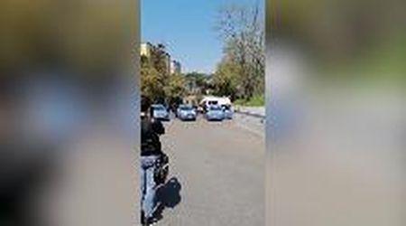 Polizia a sirene spiegate per dire grazie ai medici del Sant'Eugenio di Roma. E scatta l'applauso