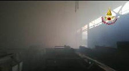 In fiamme un capannone dell'ecocentro di Sandrigo nel Vicentino