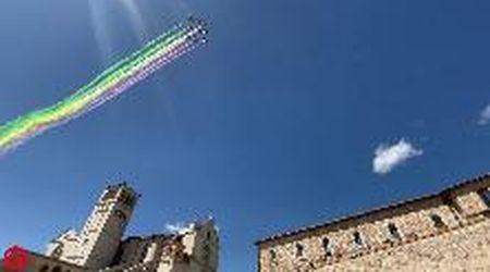 L'omaggio a San Francesco: le frecce tricolori nel cielo di Assisi