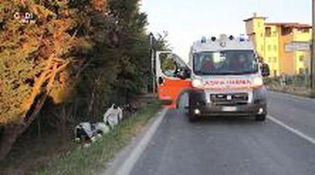 Spilamberto, motociclista finisce nel fosso dopo schianto con un'auto