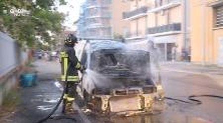 Modena, furgone in fiamme in via Araldi