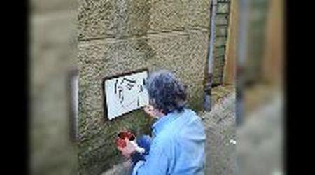 Quei volti sui muri di Montescudaio aspettano la fine della pandemia per sorridere
