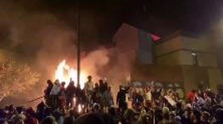 Morte di George Floyd, a Minneapolis i manifestanti danno alle fiamme un commissariato di polizia