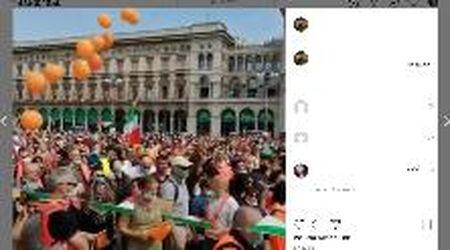 Gilet arancioni a Milano, in centinaia senza distanziamento in piazza Duomo