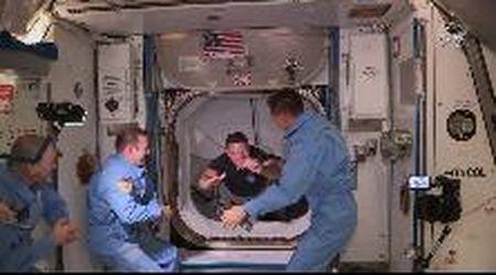 Aperto il portello della Crew Dragon: astronauti salgono a bordo della Stazione spaziale internazionale