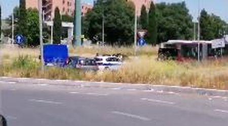 Roma, bus Atac si incendia mentre viene trainato verso la rimessa
