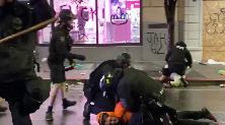 Morte Floyd, Seattle: poliziotto mette ginocchio sul collo di un manifestante, un collega lo ferma