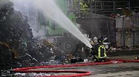 Pavia, incendio all'isola ecologica di Montebellino