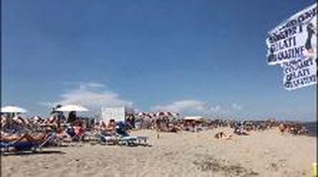Due giugno in spiagga a Sottomarina, giornata calda ma ventosa