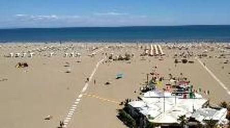 Il 2 giugno in spiaggia a Caorle, bagnanti ma non c'è ressa