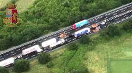 Incidente sull'A1, la lunga coda di veicoli nelle immagini dall'alto