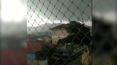 Brasile, il vento scoperchia il tetto di una casa: la violenza del ciclone extratropicale