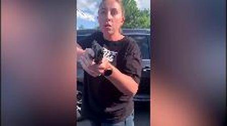 Usa, la lite davanti al fast food degenera: donna punta pistola contro mamma e figlia afroamericane