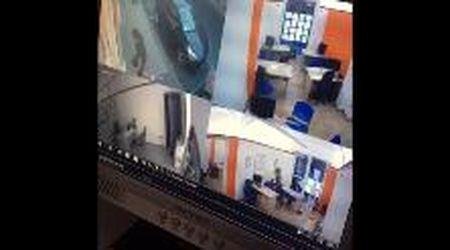 Pisa, sfonda a calci la porta dell'agenzia immobiliare: rubati cellulari e pc