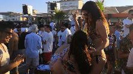 Tra la folla del Papeete, lo stabilimento reso famoso da Salvini: assembramenti, balli e pochissime mascherine