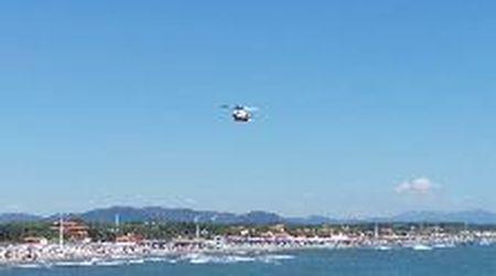 Forte dei Marmi, giovane si tuffa dal pontile: le ricerche con l'elicottero