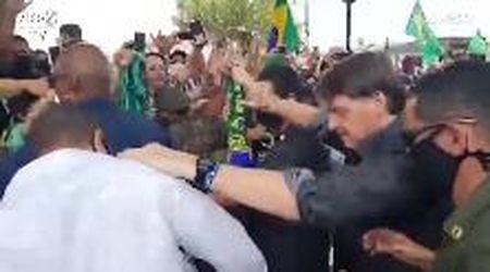 Bolsonaro positivo al Coronavirus: quando senza mascherina salutava migliaia di persone