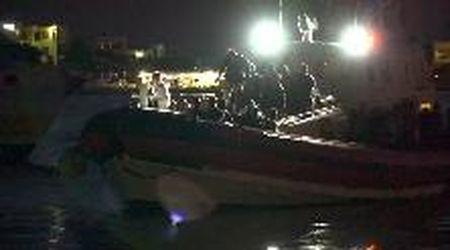 Lampedusa, sbarchi continui: l'arrivo di un'imbarcazione di migranti
