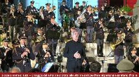 Roma, il concerto della Polizia per le vittime del coronavirus: Claudio Baglioni canta l'inno nazionale