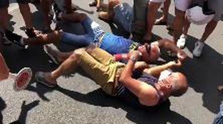 Amantea, residenti si sdraiano a terra contro l'arrivo di 13 migranti positivi al coronavirus